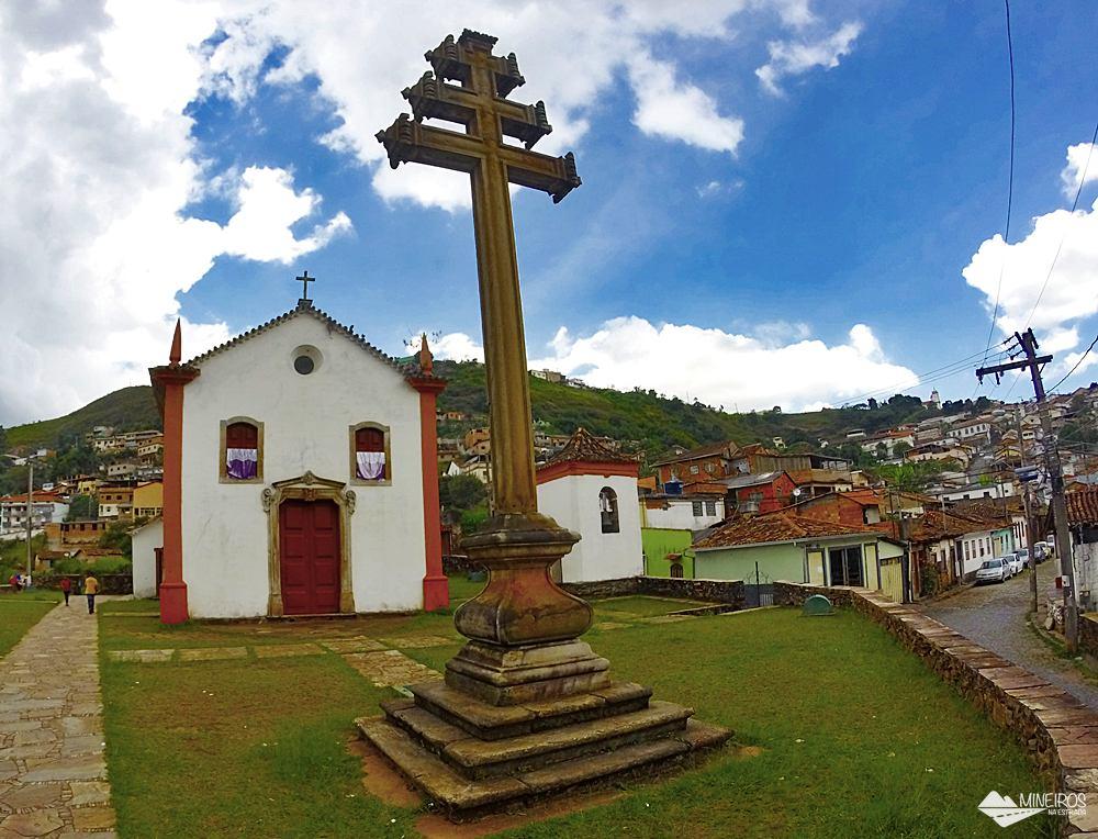 Cruz de três braços, chamada de cruz pontifical ou cruz papal, datada de 1756, única em Minas Gerais, na Capela do Padre Faria, em Ouro Preto.