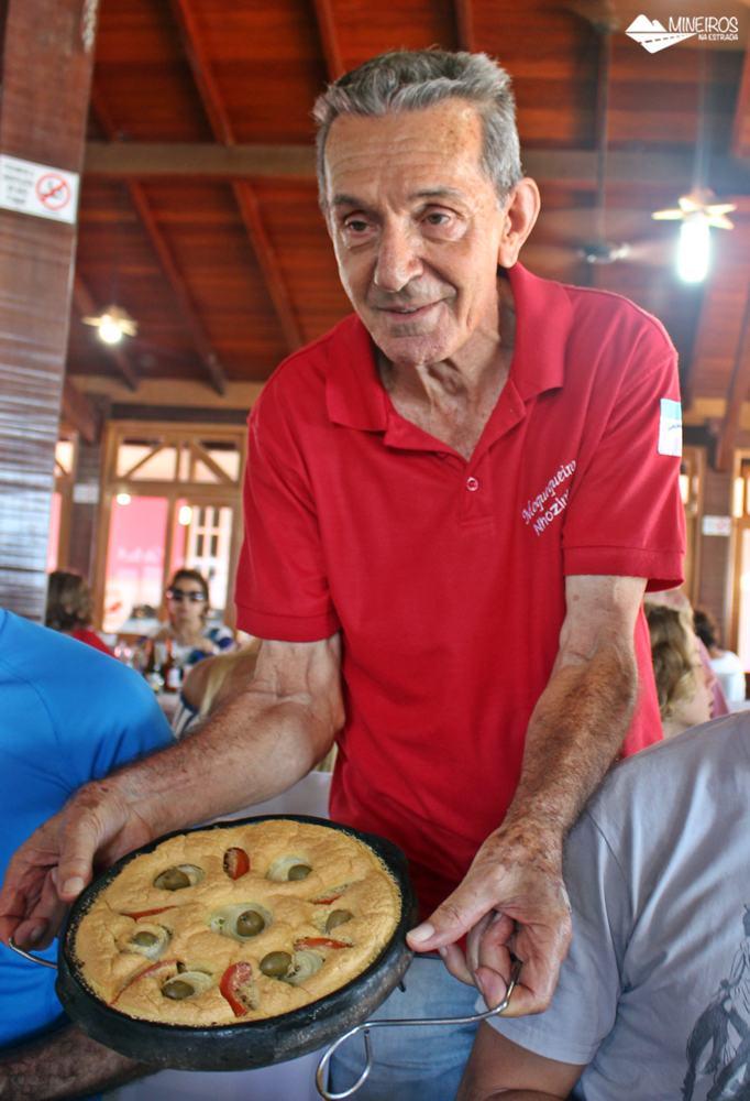 Nhozinho Matos, moquequeiro do restaurante Gaeta, em Guarapari, exibe a torta capixaba preparada em panela de barro.