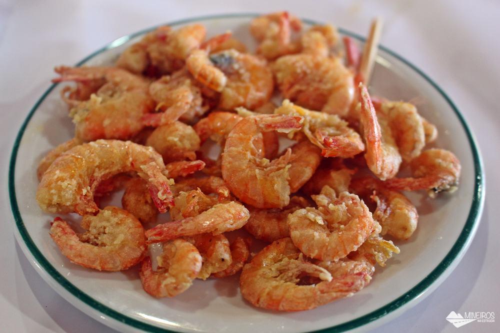 Porção de camarão do Restaurante Gaeta, famoso pelo moquequeiro Nhozinho Matos. O restaurante fica em Meaípe, Guarapari.