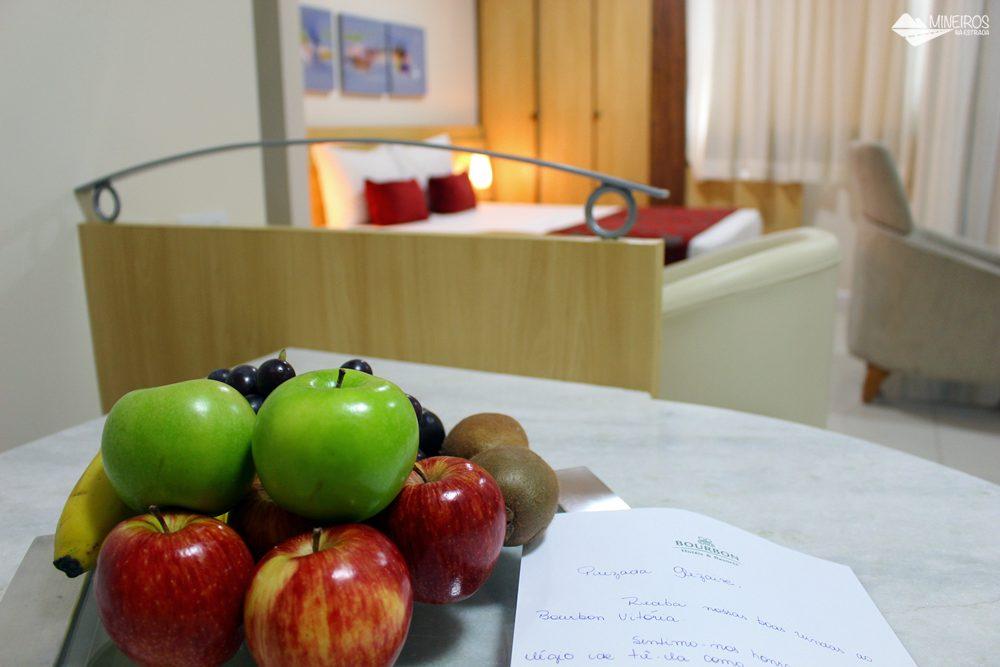Boas-vindas aos hóspedes do Bourbon Vitória Residence Hotel: uma bandeja de frutas frescas e um bilhete escrito à mão.