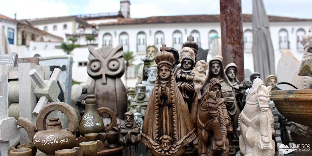 Feira de Pedra Sabão, em frente à Igreja São Francisco de Assis, em Ouro Preto.