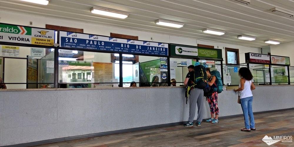 Rodoviária de Ouro Preto. Passageiros comprando os bilhetes no guichê da Pássaro Verde.
