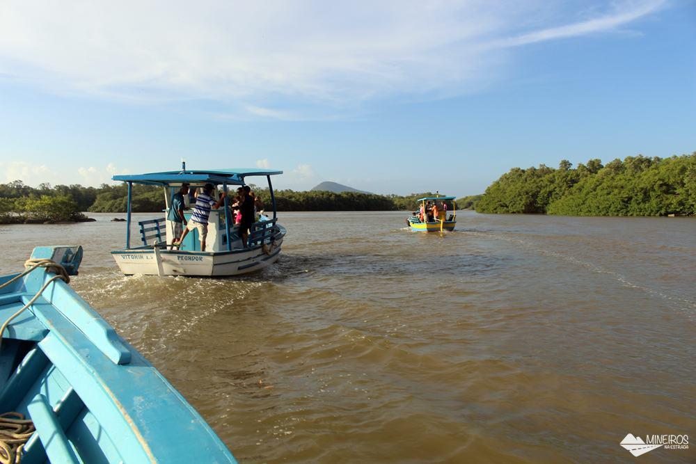 Passeio de barco pelo rio Beneventes, em Anchieta, no Espírito Santo.