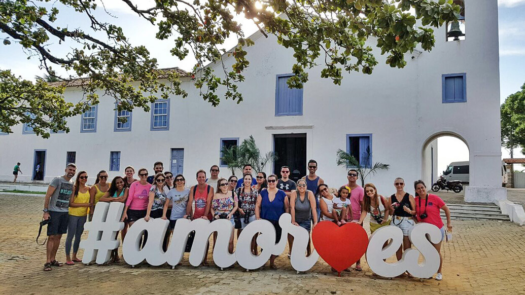 Blogueiros participantes da segunda edição do Pocando no ES, em frente ao letreiro #amores no Santuário de Anchieta.