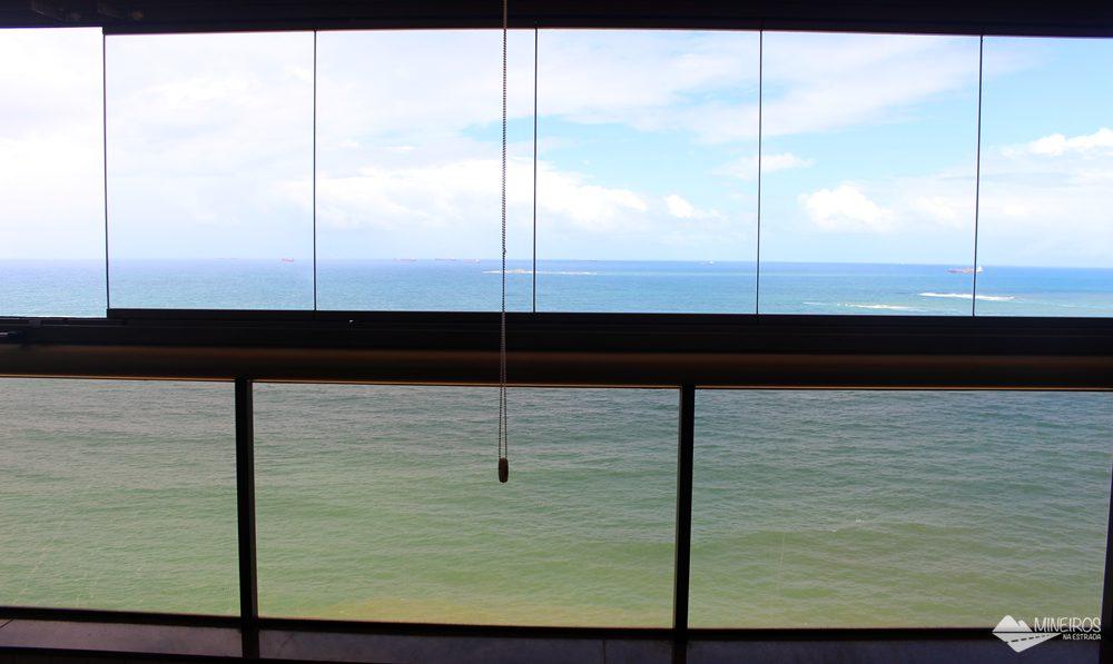 Varanda de frente para o mar na suíte luxo do Quality Suítes Vila Velha.