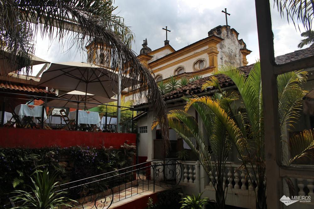 O Restaurante Casarão Grill, em Mariana serve comida no sistema self-service, podendo o cliente optar por um valor fixo e comer à vontade ou pagar pela quantidade consumida (balança).