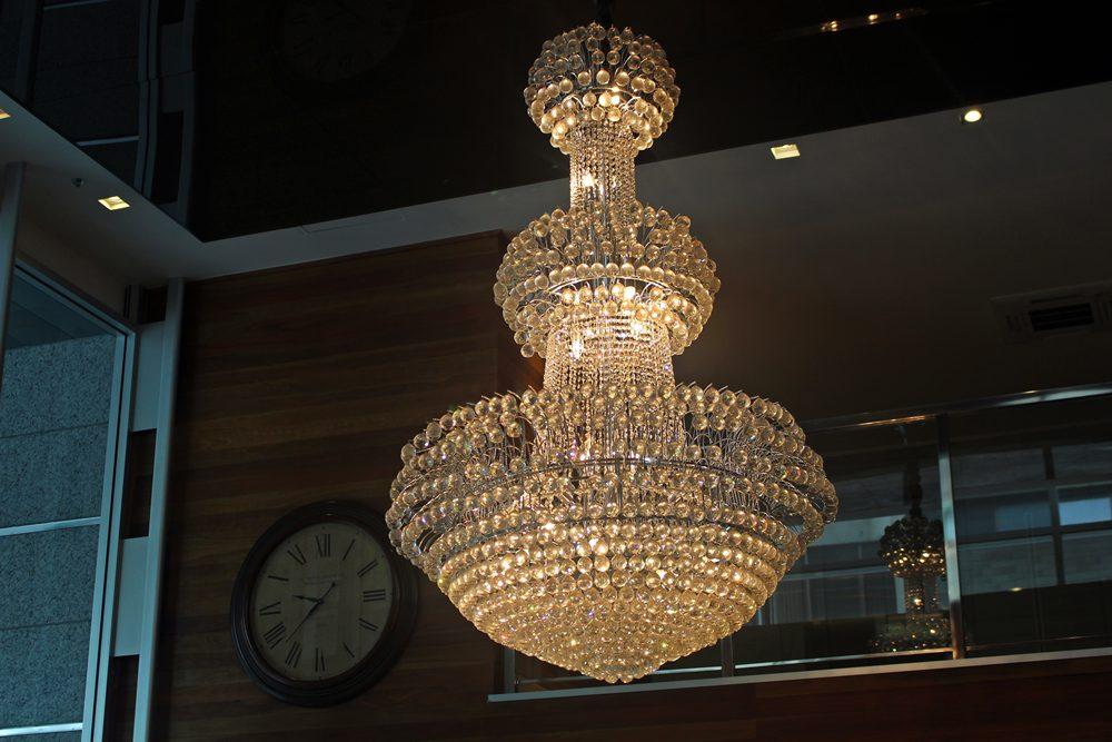 Lustre no hall do Clan Glass Business Tower Hotel, um hotel novo e confortável na região da Savassi, em Belo Horizonte.