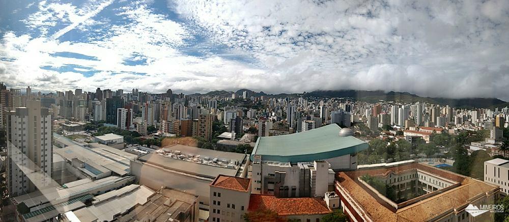 Quarto com vista para a Serra do Curral, no Radisson Blu Belo Horizonte, um hotel bem localizado, na região da Savassi, com quartos confortáveis e excelente café da manhã.