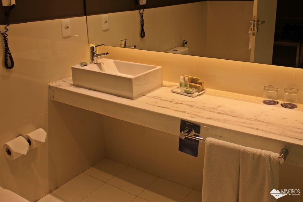 Banheiro do Radisson Blu Belo Horizonte, um hotel bem localizado, na região da Savassi, com quartos confortáveis e excelente café da manhã.