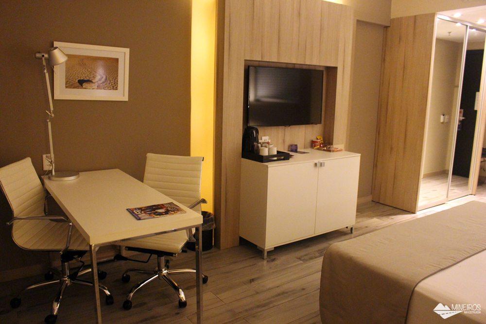 Quarto do Radisson Blu Belo Horizonte, um hotel bem localizado, na região da Savassi, com quartos confortáveis e excelente café da manhã.