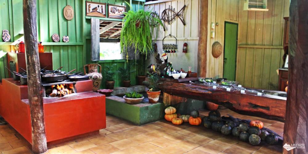 Almoço com comida caseira, servido na Estância Mimosa, em Bonito, Mato Grosso do Sul.