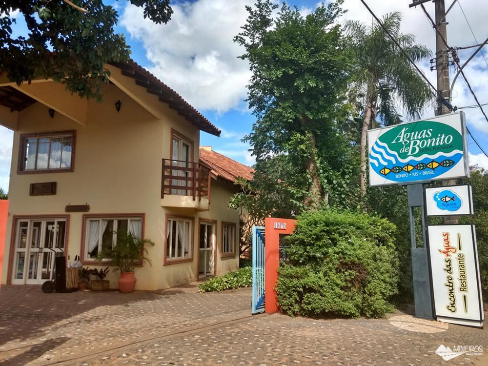Fachada do Hotel Pousada Águas de Bonito, uma excelente opção de hospedagem em Bonito, Mato Grosso do Sul. Possui quartos confortáveis, grande área para lazer e descanso, comida boa e ótimo atendimento.