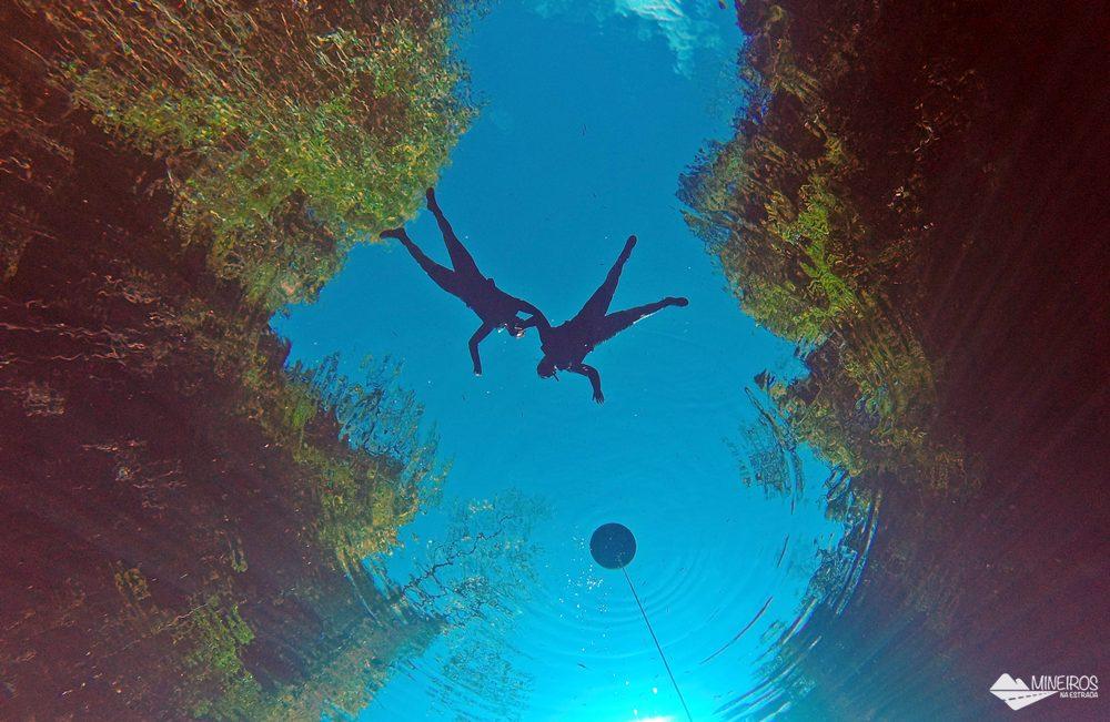 A Lagoa Misteriosa, em Bonito, funciona de meados de maio a meados de outubro. É possível fazer flutuação ou mergulho com cilindro.