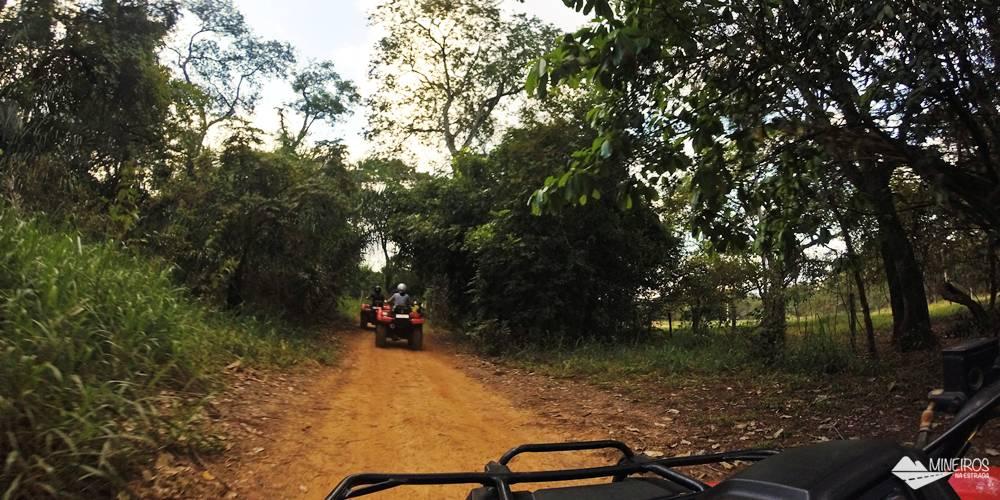Quadriciclo do Trilha Boiadeiras, em Bonito. Quase 7 km pilotando um quadriciclo por trilhas com diferentes obstáculos.