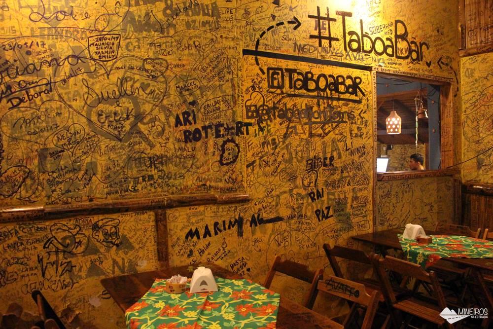 Todo cliente do Taboa Bar, em Bonito, pode deixar sua assinatura nas paredes do estabelecimento.