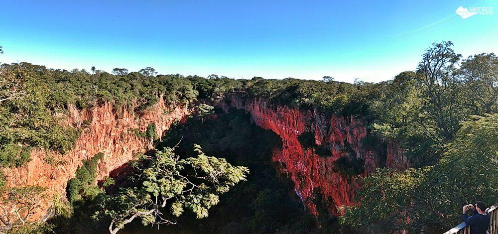 O Buraco das Araras é uma formação chamada dolina, um enorme buraco habitado por dezenas de araras. Um passeio leve em Bonito (MS).