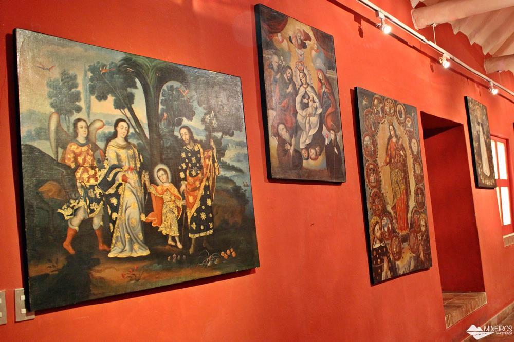 Pinturas exibidas na Sala Virreinal do Museu de Arte Precolombino, em Cusco.