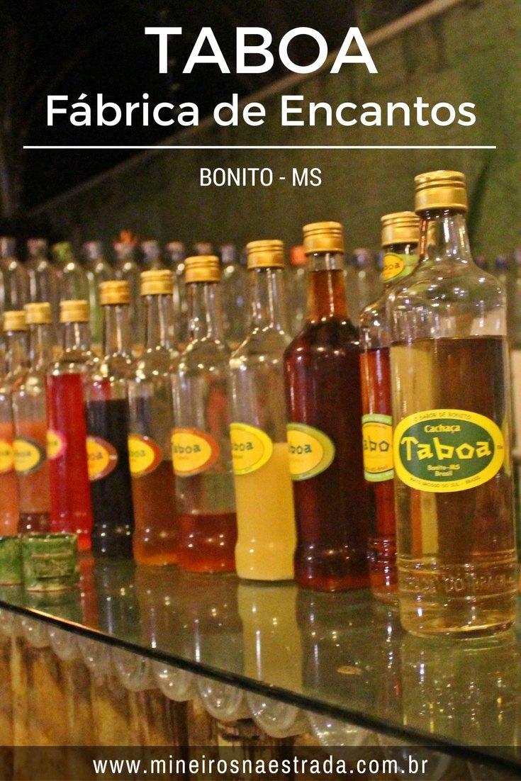 Na Taboa Fábrica de Encantos, em Bonito, é contada a história dessa cachaça, que é superfamosa na região e é feita com mel, canela, guaraná em pó e ervas.