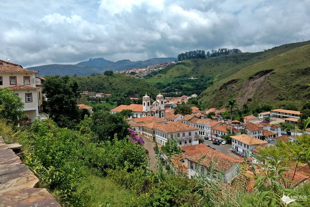 Igreja do Pilar e parte do bairro do Pilar, vistos da Rua Getúlio Vargas, em Ouro Preto.