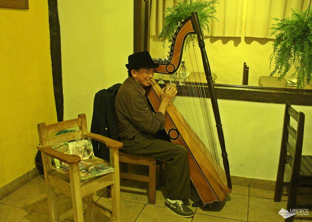 O harpista, senhor Genaro, se apresenta de quinta a domingo no Restaurante Juanita, em Bonito (MS).
