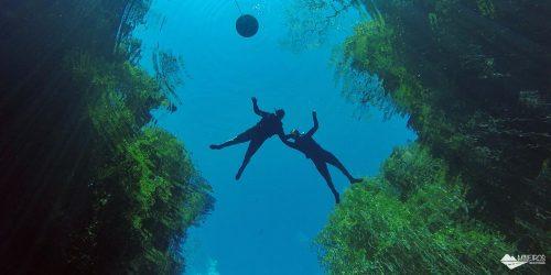 Lagoa Misteriosa: uma caverna inundada com águas azuis, em Bonito