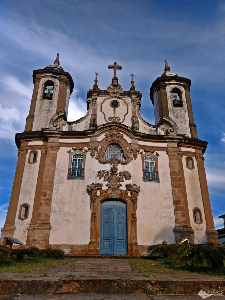 A Igreja do Carmo, em Ouro Preto, fica próxima à Praça Tiradentes.