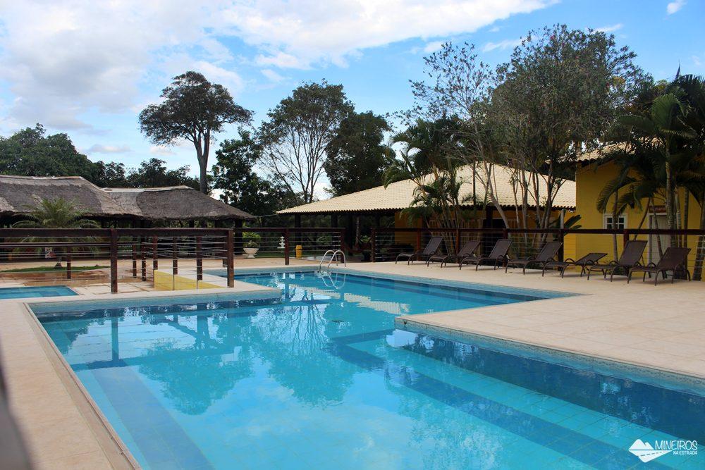 Nas Cachoeiras Serra da Bodoquena há trilhas, passeio de bote, uma pequena tirolesa aquática e balneário. Hóspedes e não-hóspedes podem usar a piscina. Um almoço caseiro está incluído. Bodoquena fica a 70 km de Bonito, Mato Grosso do Sul, Centro-Oeste do Brasil.