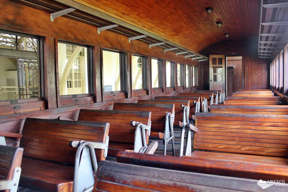 Interior do carro de passageiros do trem exposto no Museu Vale, em Vila Velha.