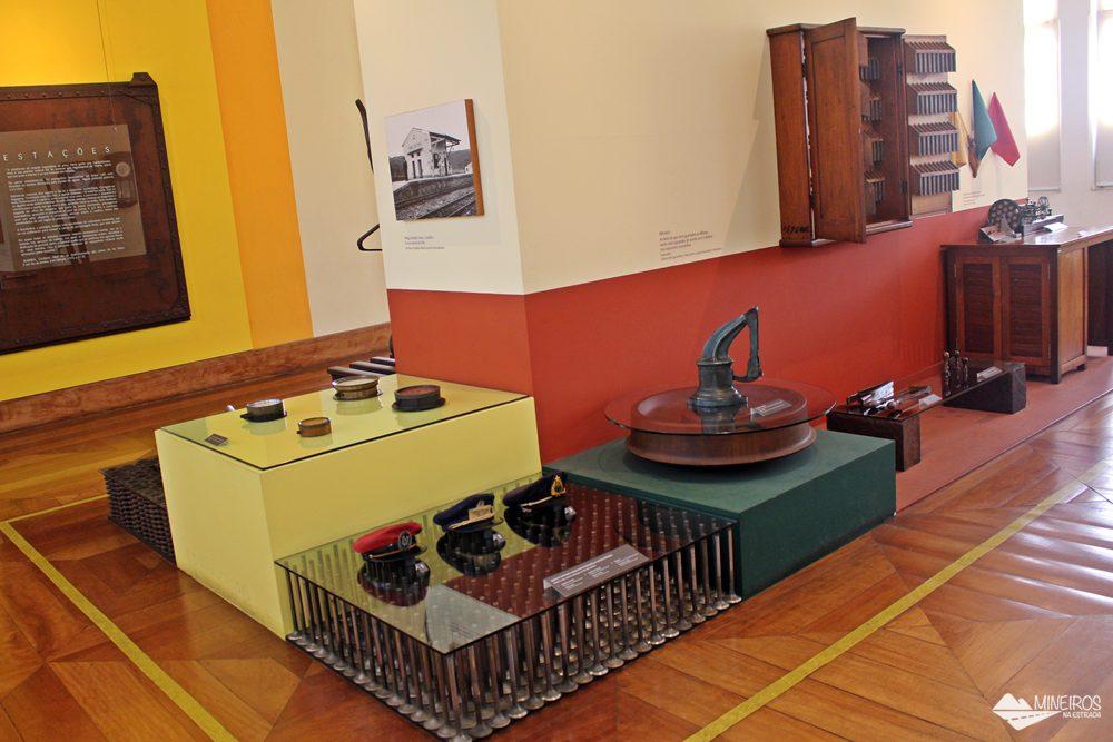 Objetos expostos na Sala das Estações, no Museu Vale, em Vila Velha.