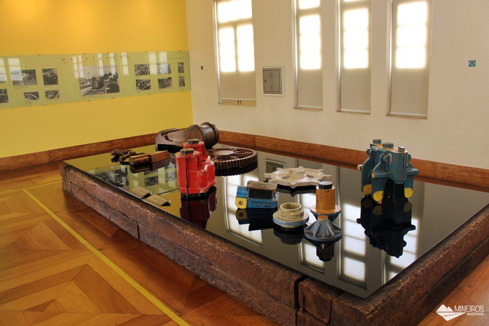 Equipamentos usados na manutenção da Estrada de Ferro Vitória-Minas, expostos no Museu Vale, em Vila Velha (ES), na antiga estação Pedro Nolasco.