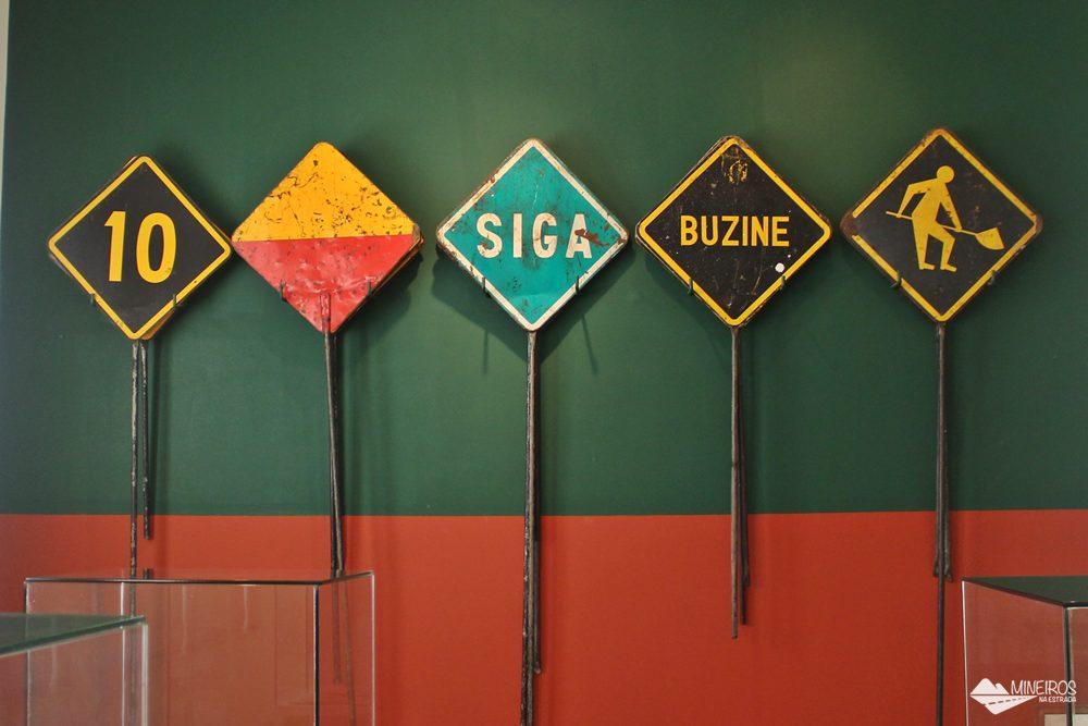 Placas para manutenção da Estrada de Ferro Vitória-Minas, expostas no Museu Vale, em Vila Velha.
