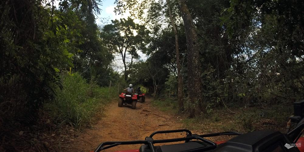 Atividade radical em Bonito (MS): passeio de quadriciclo na Trilha Boiadeira. O percurso tem, aproximadamente, 7 km, com subidas, trilhas estreitas, quebra-molas, buracos, lama e poeira!