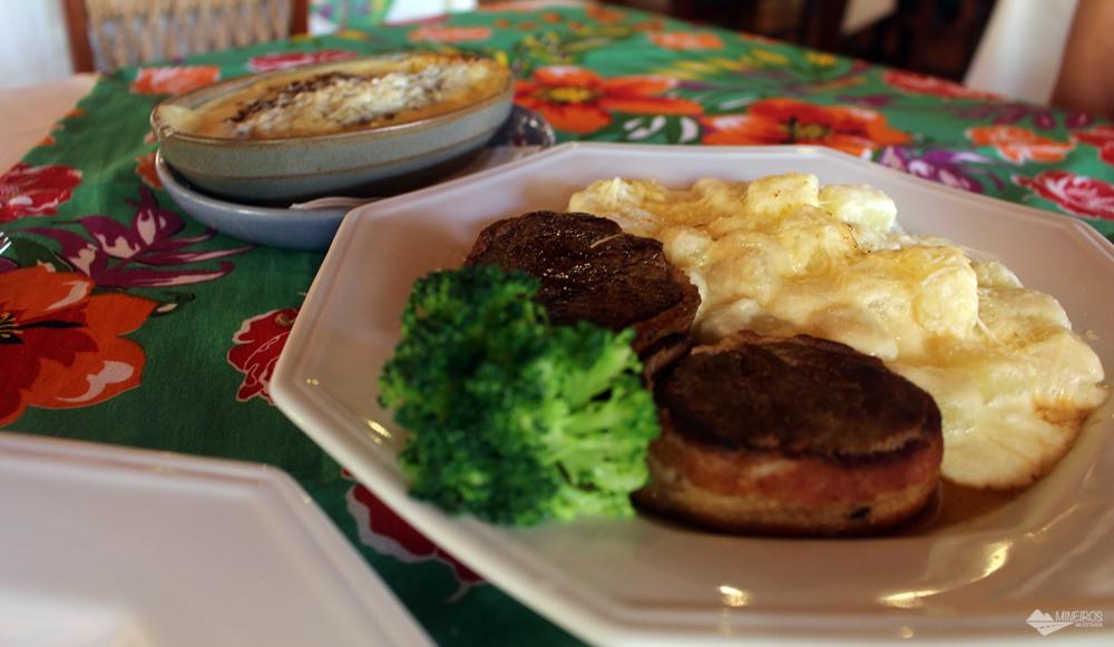 O Restaurante Encontro das Águas funciona nas dependências do Hotel Águas de Bonito e serve ótimas refeições e lanches. Abre para almoço e jantar. Este é o escondidinho de carne de sol e o Mignon Encontro das Águas.