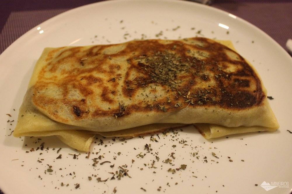 Crepe de carne seca com requeijão. Parada do Conde é um bistrô famoso pelos crepes bem recheados, em Ouro Preto. Também serve refeições no almoço.
