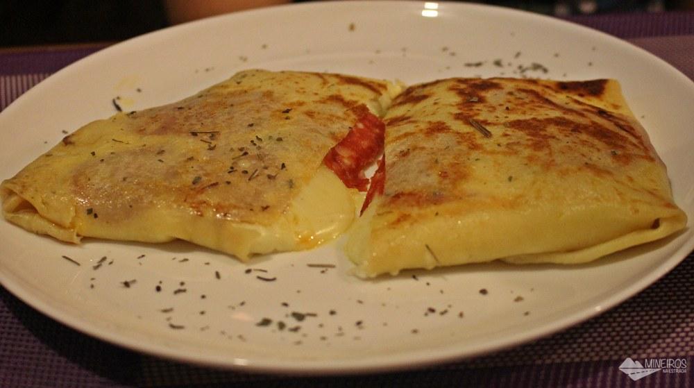 Crepe de muçarela com peperone. Parada do Conde é um bistrô famoso pelos crepes bem recheados, em Ouro Preto. Também serve refeições no almoço.