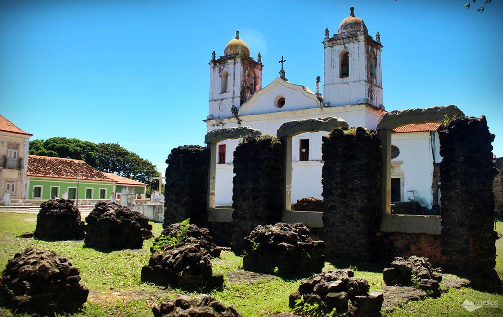 Ruínas das casas para D. Pedro II, com Igreja do Carmo ao fundo, em Alcântara, Maranhão.