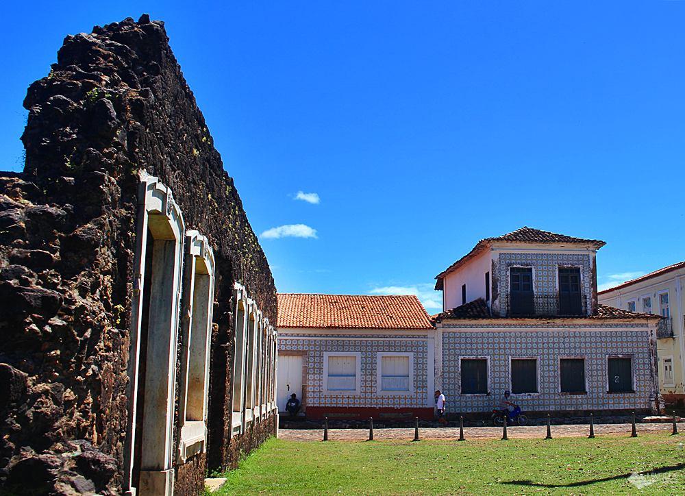Ruínas das casas que foram construídas para abrigar D.Pedro II, que nunca apareceu. Aos fundos, casas com azulejos portugueses.