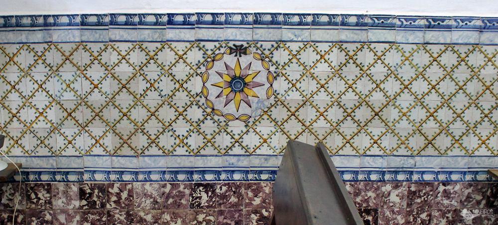 Painel de azulejos portugueses no interior da Igreja do Carmo, em Alcãntara, Maranhão.