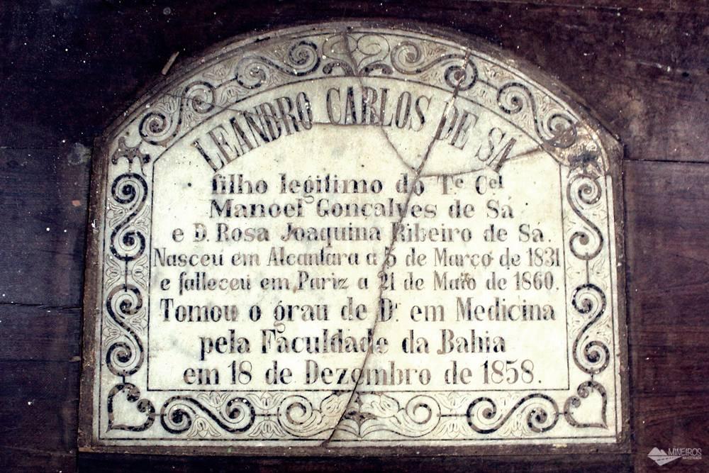 Um dos túmulos no interior da Igreja do Carmo, em Alcântara.