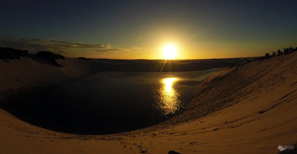 Pôr do sol no Circuito LAgoa Azul, no Parque Nacional dos Lençóis Maranhenses.