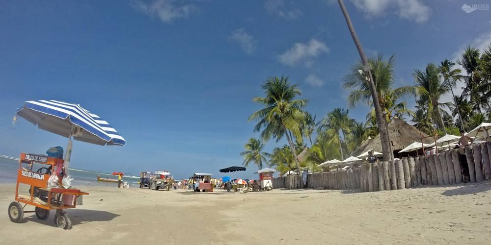 Praia dos Carneiros - ambulantes do lado de fora do Bora-Bora.