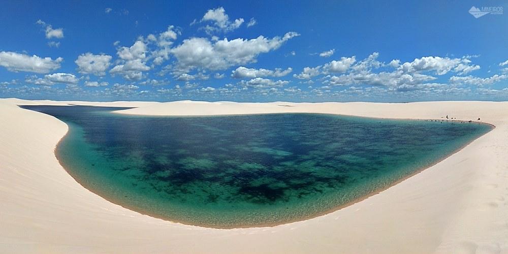 Panorâmica de uma das lagoas, vista do alto de uma das dunas.. Parque Nacional dos Lençóis Maranhenses, em Santo Amaro do Maranhão.