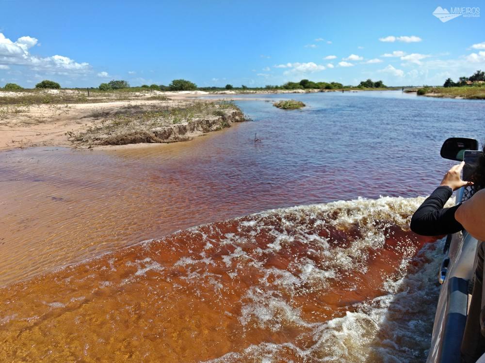 Para se chegar a Santo Amaro do Maranhão, nos Lençóis Maranhenses, é preciso atravessar uma área alagada.