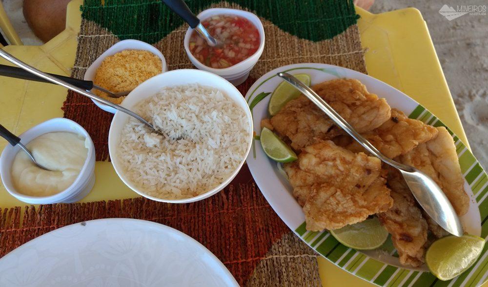 Refeição no restaurante Cabana do Peixe, em Caburé, uma das paradas no passeio de voadeira pelo rio Preguiças.