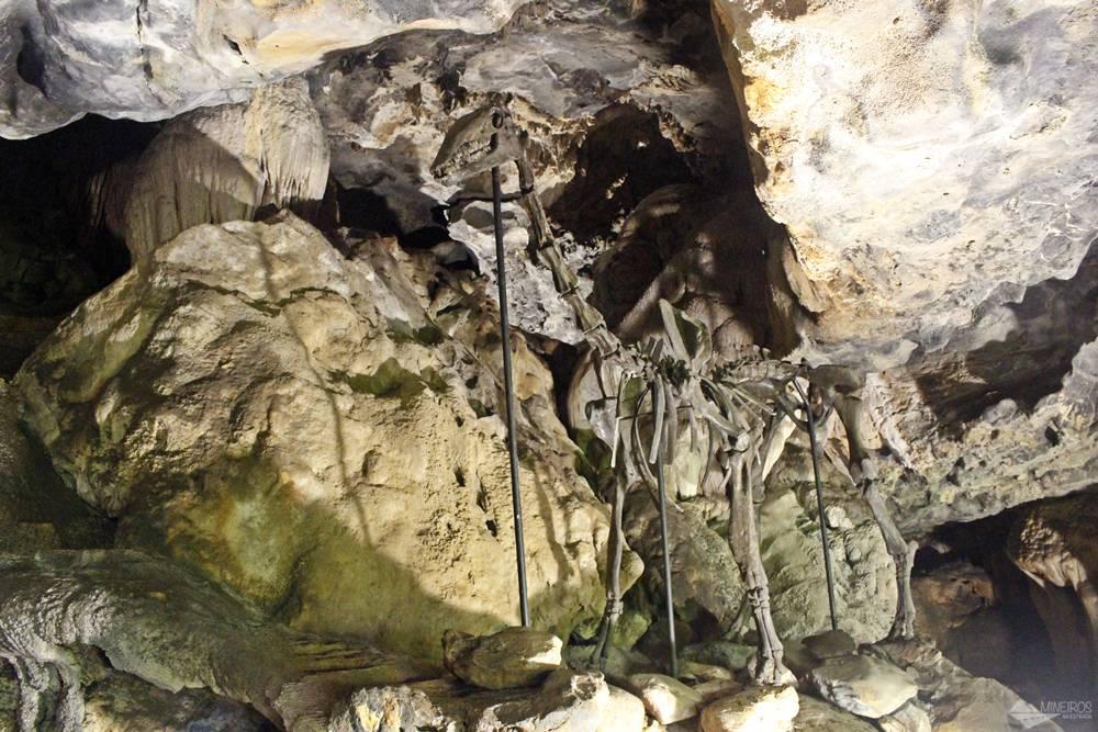 Réplica de dinossauro, na Gruta Rei do Mato