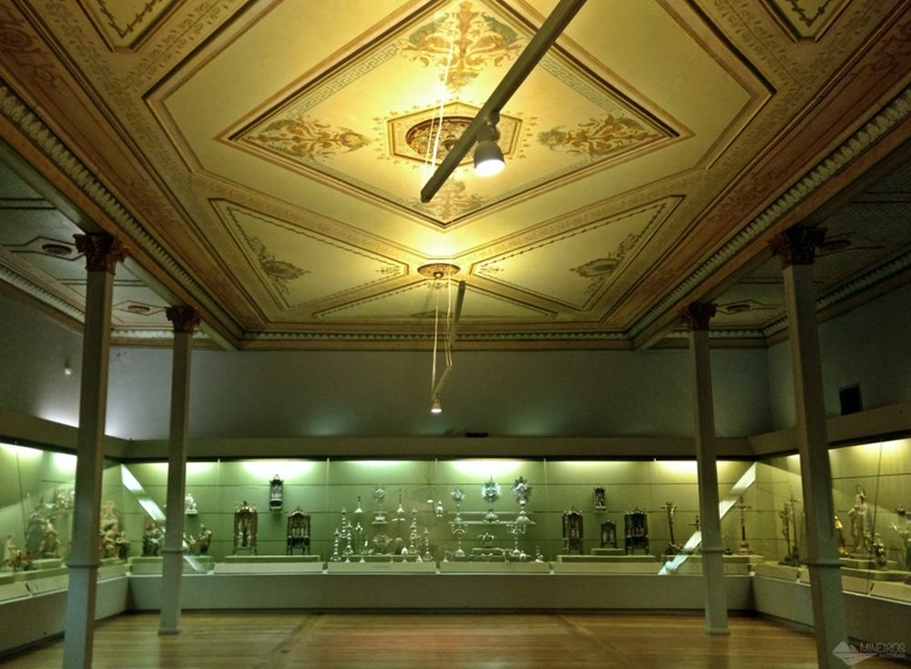 O Museu Mineiro faz parte do Circuito Cultural da Praça da Liberdade. Funciona no antigo prédio do Senado Mineiro.