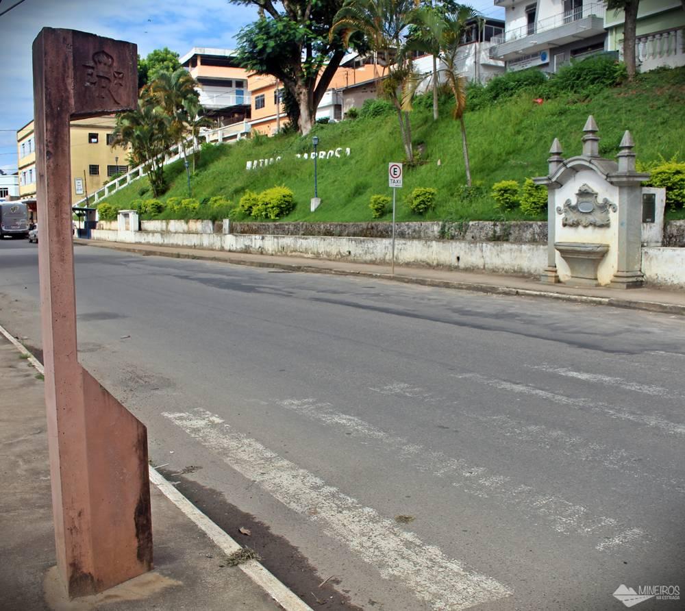 Estrada Real corta a cidade de Matias Barbosa. A capela da foto anterior fica no alto de uma escada, em frente a este marco.