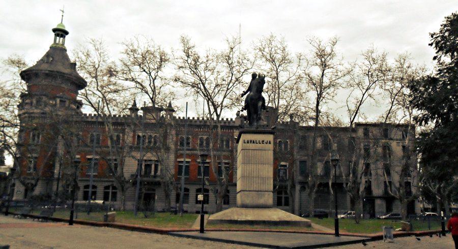Plaza de los Treinta y Tres Orientales, próxima a Feira Tristán Narvaja, Montevideu.