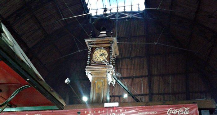 Relógio centenário que ainda funciona, no Mercado do Porto, em Montevideu.