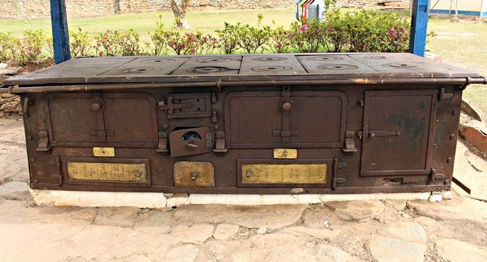 Antigo fogão que hoje fica em exposição no pátio do Instituto Casa da Glória Diamantina